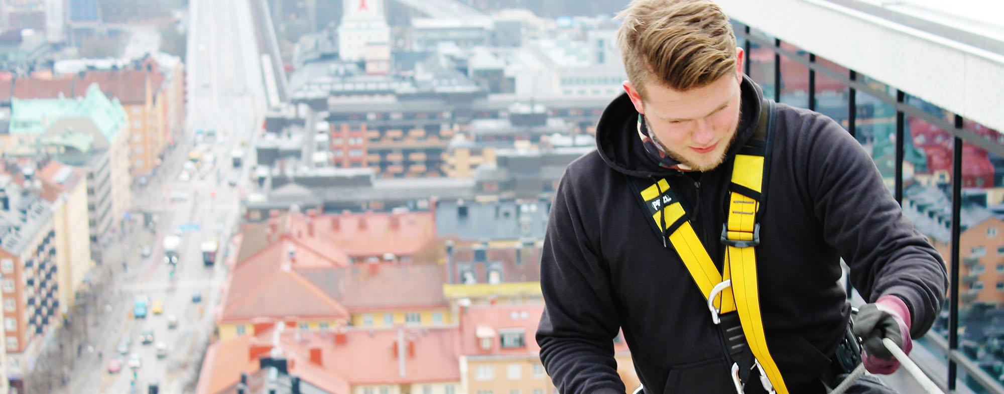 Kille klättrat på tak