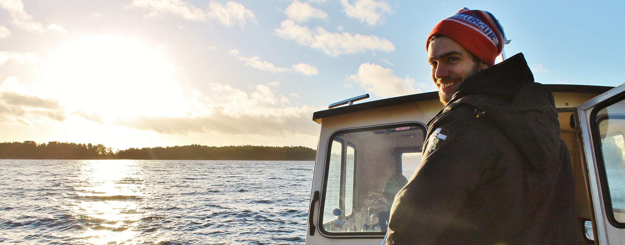 Adam kör båt i skärgården